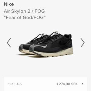Tja, säljer ett par Nike Air Skylon 2 / Fog x Fear Of God 36,5 (gs )  Sparsamt använda och nytvättade  Ingår: original kartong, sko papper och två skosnören   Kan gå ner i pris vid snabb affär, buda bara på  Kan skickas mot frakt