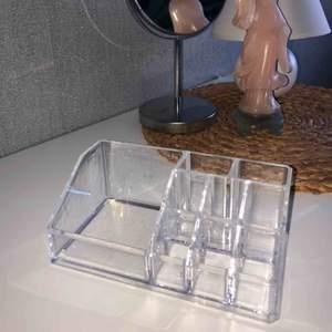 En smink organizer i glas och i bra skick! 150kr + frakt
