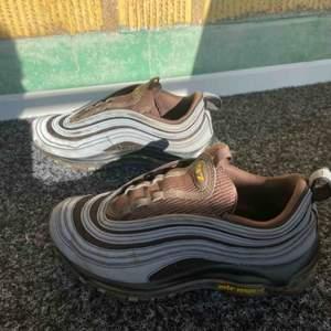 Säljer mina nike 97 pga att jag inte använt dem på länge😊har tagit bort skosnörena pga att dem var lite trasiga, men det går ju alltid att köpa nya snören! Pris kan diskuteras vid snabb affär💖💖