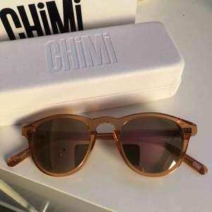 Säljer dessa snygga CHIMI solglasögon i modellen #002 och färgen peace! Bra skick och sparsamt använda. Fodral och låda medföljer 💗 pris kan diskuteras!