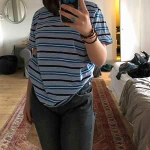 Blåvit randig fin t-shirt från weekday. Köpare står för frakt!!