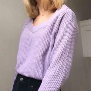 Ljuslila stickad tröja som jag aldrig har använt eftersom jag har en liknande tröja. Perfekt tröja när det blir lite kallare. Köparen står för frakt men jag kan mötas upp i centrala Stockholm 💜
