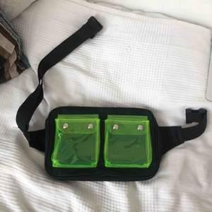 Helt ny fannypack , använd endast en gång! Limegröna fickor och svart material.