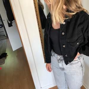 Jeans/manchester jacka med större armar. Köpt på JFR andvänd 3 gånger Max.