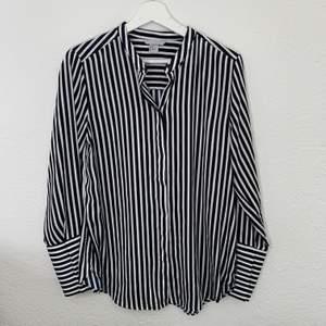 Vit/marinblå randig skjorta från HM. Använd två gånger!