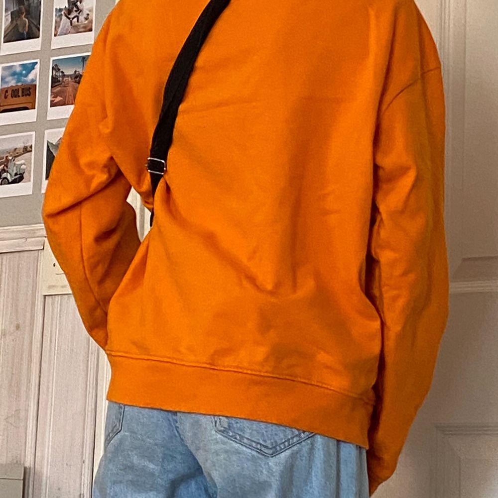 Overzised Sweater med zip up krage i super fin orange färg, storlek S i bra kvalitet . Huvtröjor & Träningströjor.