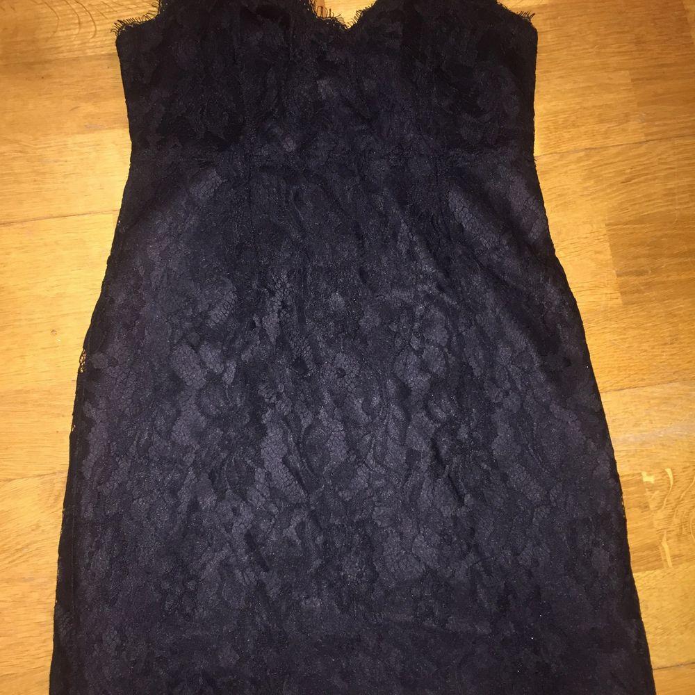 Kort festklänning, använd vid ett tillfälle. . Klänningar.