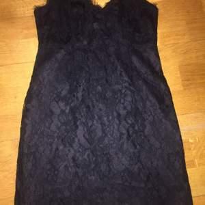 Kort festklänning, använd vid ett tillfälle.