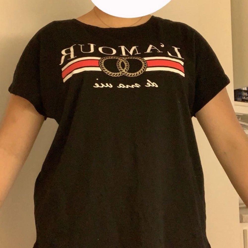 Storlek M passar M/L från new yoker 50kr+frakt köparen står för frakten . T-shirts.