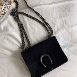 Snygg väska som kan både användas för vardags och utekväll. Svart med fakemocka som är köpt i spanien, men passar till vilken outfit som helst.