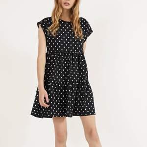 En superfin prickig babydoll klänning med korta ärmar. Köpt för 300kr. Pris kan diskuteras. Aldrig använd endast testad med prislappen kvar! Kontakta mig vid fler bilder eller frågor ! Frakten ligger på 59kr