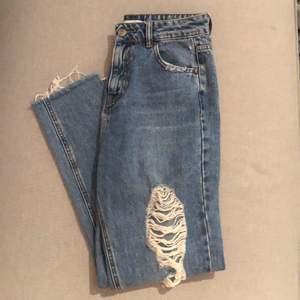 Säljer dessa jeans från pull & bear. Använda fåtal gånger.