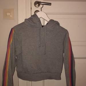 Grå hoodie med regnbågsärmar, strl XS från Bikbok! Betalning: swish