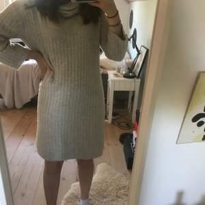 En grå stickad klänning. Tips: Brukar bära med skärp runt midjan för att få fram mer former! Mysig. Passar på dig i storlek xs, jag har storlek s/m och den är lite kort i armarna! Lång i halsen så nästan som en polo fast slappare😎
