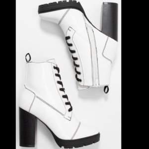 säljer mina as feta vita högklackade skor, pga att de kommer ej till användning, högst bud vinner! 💓 aldrig använda, bara testade!