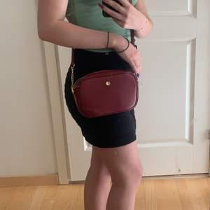 väska från glitter. lågt pris pga defekt(2a bilden) men annars helt oanvänd. Säljer då den inte är min stil.💕