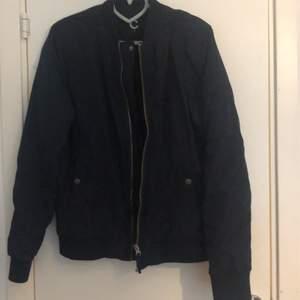 En mörk blå jacka från Cubus i storleken S