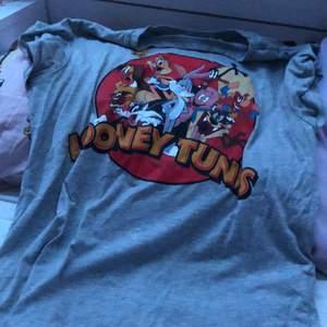 Söt looney tunes T-shirt med alla karaktärer ☺️😊 fint skick!    Köpt på Gina tricot