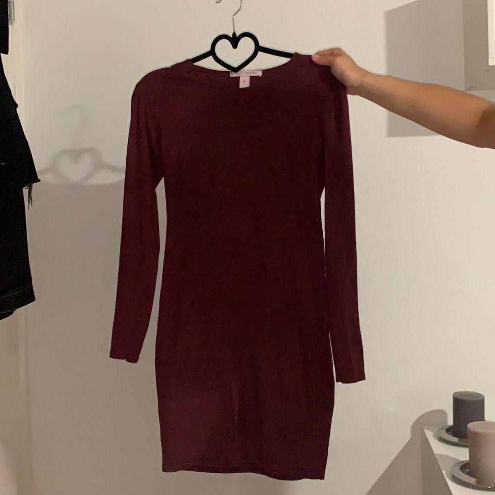 Röd/lila klänning (figursydd) säljer eftersom den aldrig kommer till användning . Klänningar.