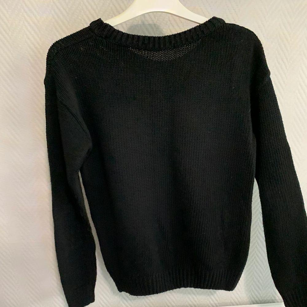 En svart stickat tröja med USAs flagga på från ginatricot. Frakt betalas av köparen. . Toppar.