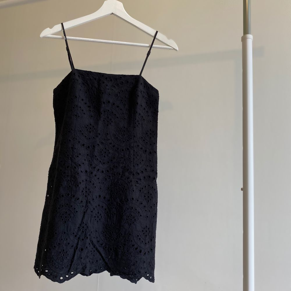 Svart kortklänning . Klänningar.