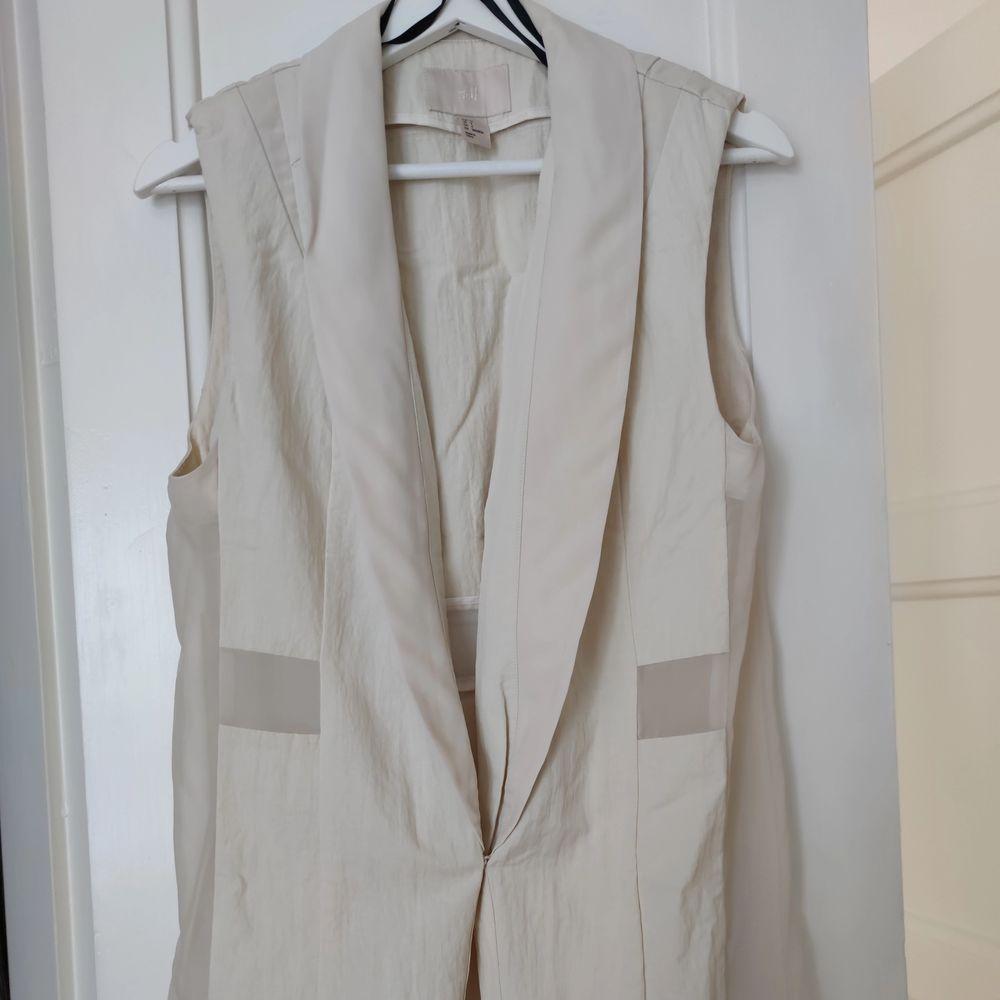Väst från H&M trend i strl 34 dyrt inköp, kvalité 👌 • köparen står för frakten  • Jag ansvarar ej för postens eventuella slarv. . Kostymer.