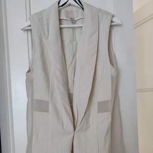 Väst från H&M trend i strl 34 dyrt inköp, kvalité 👌 • köparen står för frakten  • Jag ansvarar ej för postens eventuella slarv.