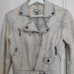 Jeans jacka BIKER modell från zara, perfekt nu till sommaren, slutsåld! • köparen står för frakt  • Jag ansvarar ej för postens eventuella slarv.