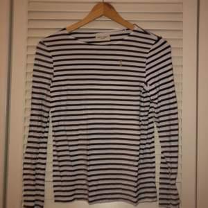 Säljer denna otroligt bekväma och fina tröja ifrån lindex väldigt billigt. Sparsamt använd men är i gott skick. Skriv för frågor eller bilder