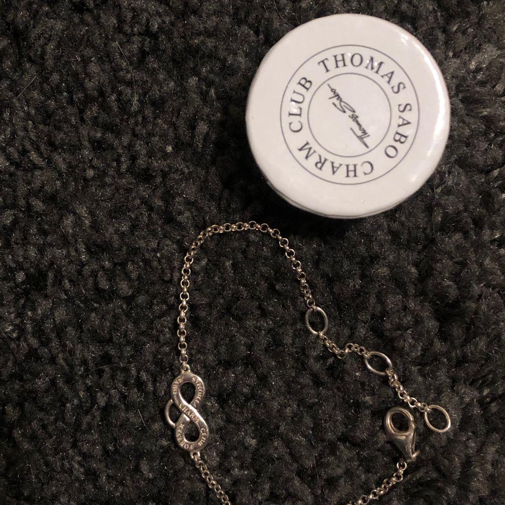Super fint oanvänt armband, perfekt att ha tillsammans med en klocka. Man kan hänga hängen i öglan. Får självklart med den lilla kartongen vid köpet. Köparen står för frakten och tar helst swish🌸. Accessoarer.