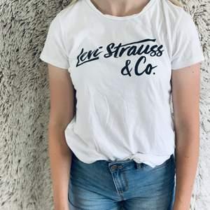 Vit Levi's strauss t-shirt, tyget är inte så genomskinligt och inga missfärgningar, är i strl M men skulle säga att den passar S. Frakten är med i priset.