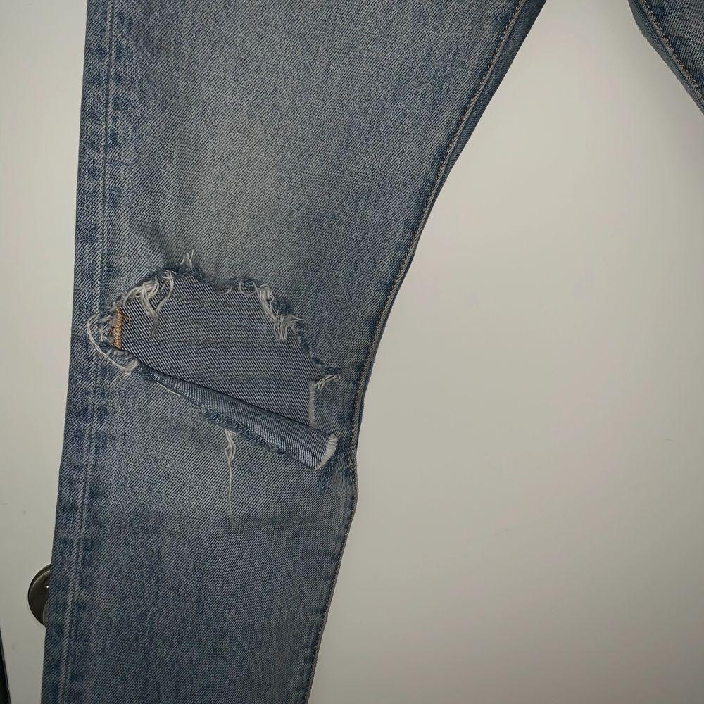 Ett par Levis jeans i modellen 501 skinny, har även gjort ett snyggt slitet hål i högra knät. Frakt tillkommer!!. Jeans & Byxor.
