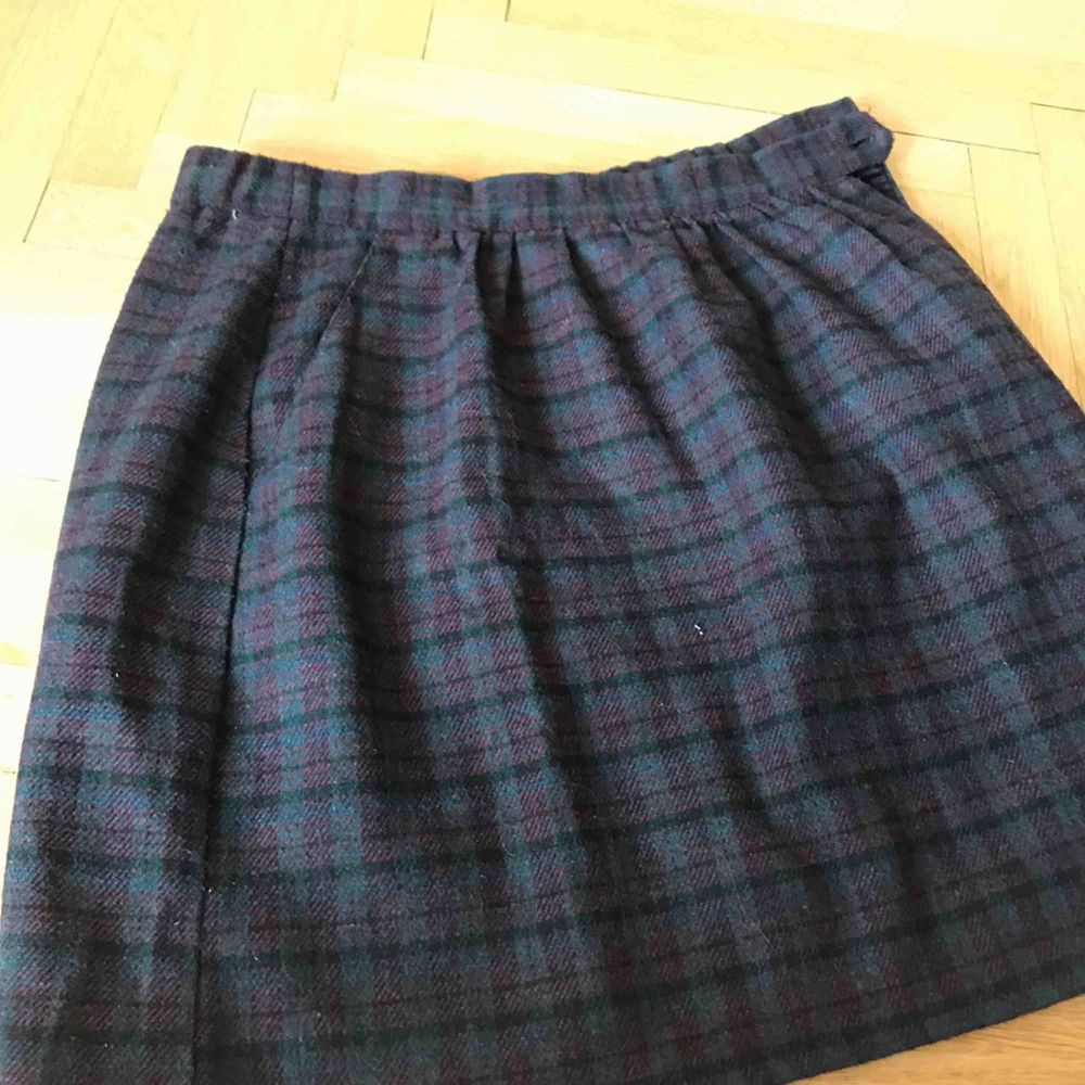 Mycket fin kjol i bra skick. Säljer då den är för stor för mig. Fraktkostnad tillkommer. Kan även mötas upp i Stockholm.. Kjolar.