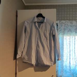 Löst sittande skjorta (jag har strl L och kan ha den) från Monki. Använd flera gånger men är hel och skakar fläckar eller liknande. Bröstficka på ena sidan. Kan skickas, då betalar köparen för frakten (priset kan diskuteras).