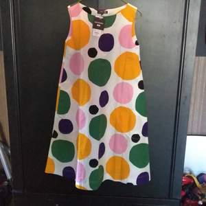 Ny Marimekko klänning från förra årets Uniqlo samarbete. A linje formad. Fickor Oanvänd, för liten storlek för mig.  Taggar kvar Frakt: 50kr kan annars hämtas i Aspudden Betalning via swish