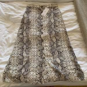 Säljer denna superfina kjol, helt ny med prislapp kvar. Säljer p.g.a att den inte riktigt passade mig!