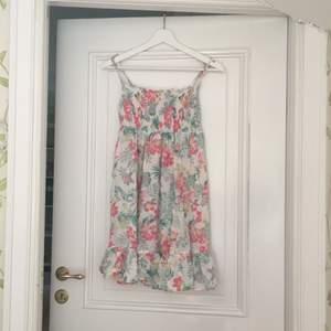 Somrig klänning med tropiska blommor