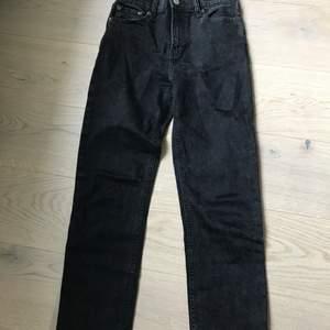 Svarta jeans från gap köpta o London! Använda 2 gånger, men tyvärr för små. Köpta i julas och i mycket bra skick. Hör av dig om fler bilder önskas:)