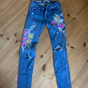 Jättefina broderade jeans med slitningar🥰, i väldigt bra skick och säljer då dem blivit för små