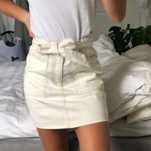 En benvit kjol från Gina. Superfin och aldrig använd! Kan mötas upp i Malmö annars står köparen för frakten.