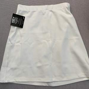 super söt kjol från Nelly men som tyvärr är förstor, prislappen sitter kvar 🧚🏼♀️ betalning via swish, frakt tillkommer ☁️