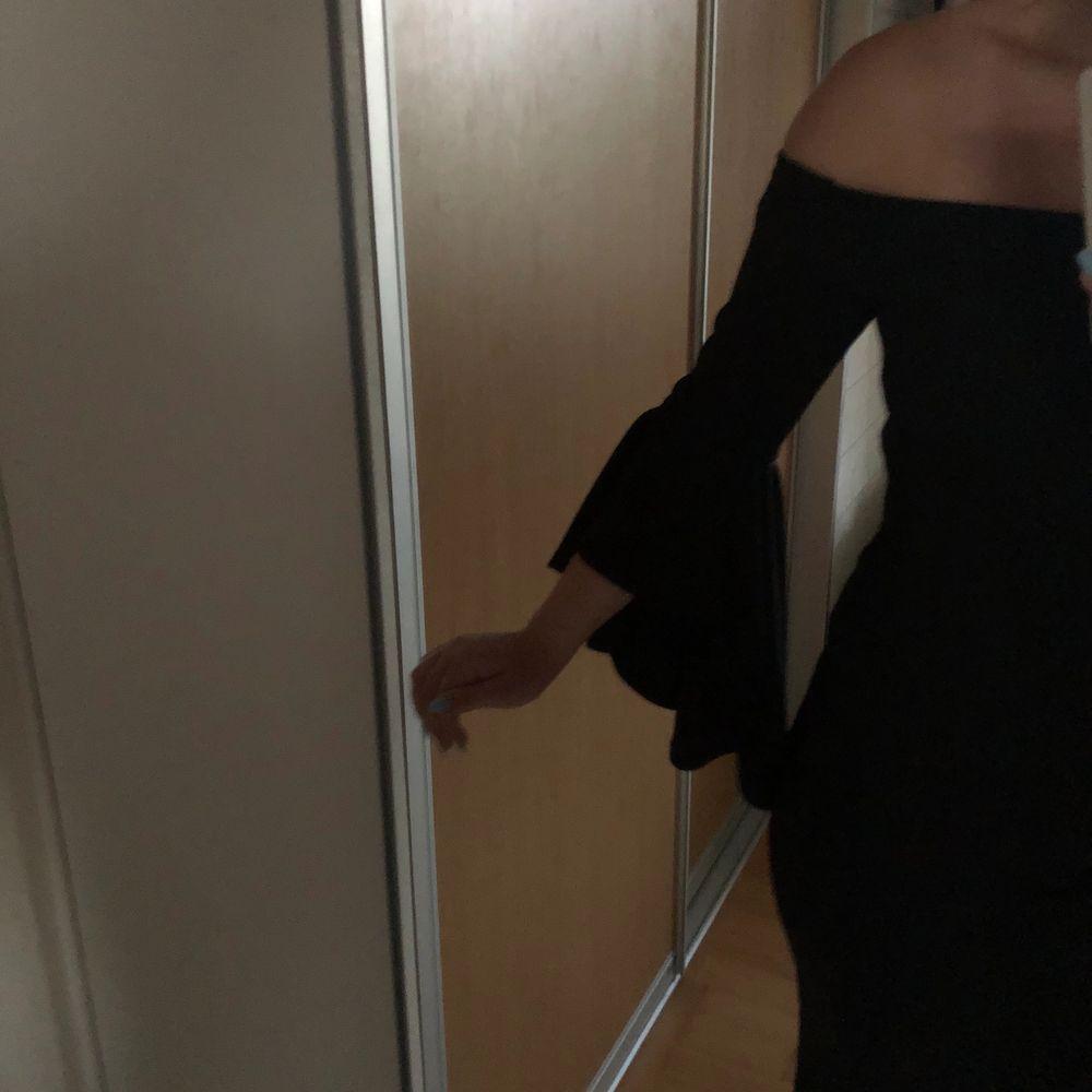 Svart off shoulder klänning strl S, använd en gång. Slits längst ner och ärmarna är utsvängda. Hör av er vid intresse!💕💕. Klänningar.