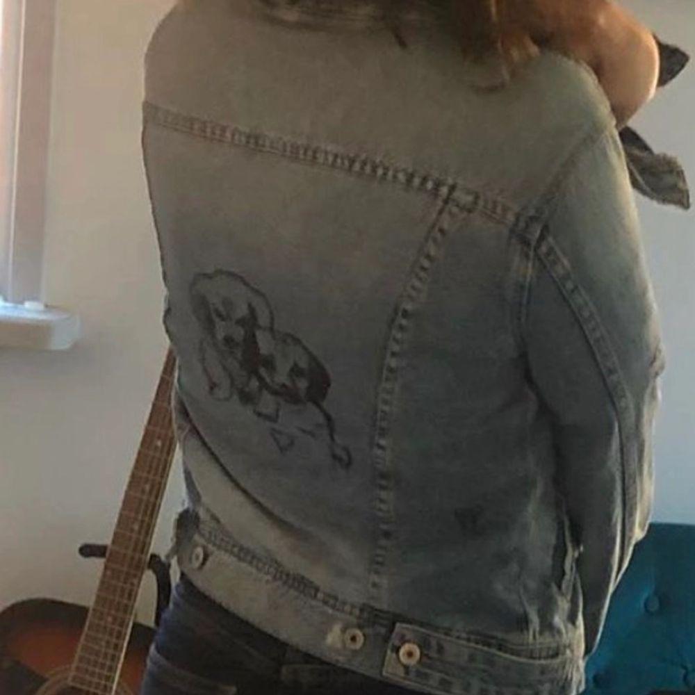 Söt jeansjacka strlk xs som är egendesignad med litet brustet hjärta och två hundvalpar . Jackor.