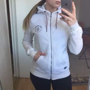Skön Race Marine hoodie som är sparsamt använd. Inga fläckar. Möts upp i Sthlm eller skickas mot frakt.