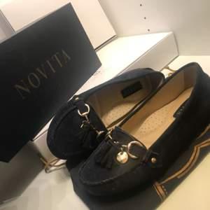 Säljer ett par stilrena loafers från märket Novita. Fin färg som passar bra till sommaren. Endast använda vid ett tillfälle, konfirmation. Så väldigt fint skick och inga slitage på varken skon eller sulan. Vid frågor bara att höra av er! :)