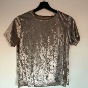 Velvet topp från Acemi, ord pris 150kr (köpt i TJ MAX USA). Står ingen storlek i tröjan men passar S/M. Stretchigt material.
