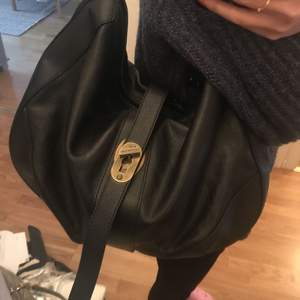 Burberry s large black leatner boho bag Handles and a shoulder strap with chain Used only few times, in very good condition with dust bag. sale for 1800kr