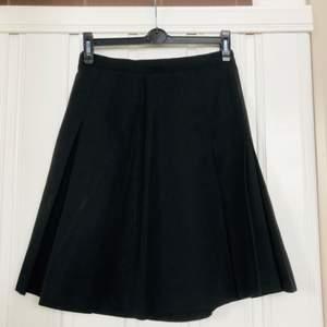 Veckad kjol, vintage, hög midja.  Längd: 53 cm Midjeomkrets: 70 cm Vidd: 78 cm