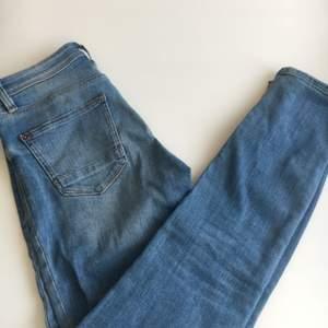 Snygga blå jeans från esprit, dom är tajta vanlig midjehöjd. Båda benen har dragkedja längst ner. Kan mötas upp i Stockholm innerstan annars tillkommer frakt, tar swish🌺