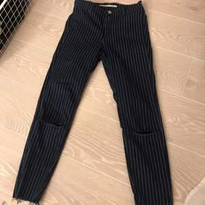 Stretchiga byxor från zara, något kortare i modellen, passar även 36. Frakt tillkommer<3:)